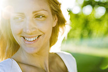 Junge Frau im freien bei sonnigen Tag, portrait