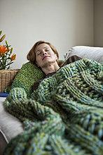 Eine Frau auf einem Sofa Nickerchen