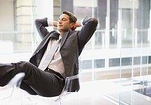 Entspannter Geschäftsmann am Schreibtisch