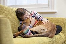 Couch ,Hund ,jung ,umarmen ,Mädchen