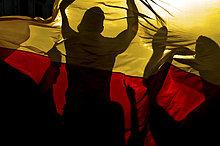 Deutsche Fußballfans feiern Sieg hinter Deutschlandfahne