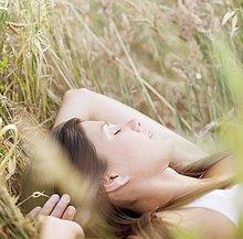 Gelassene Frau schläft im Gras