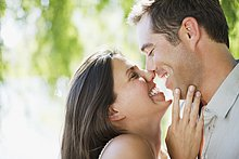 Glückliches Paar reibt seine Nasen aneinander