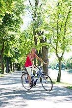 Eine Frau mit dem Fahrrad, Schweden.