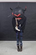 Kid mit Halloween Outfit und Pistole.