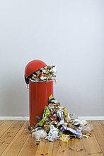 Ein überfließenden Mülleimer von Fäulnis Essen und Wertstoffe