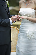 Bräutigam putting Ring auf der Braut Finger, Calixa Lavallée, Québec, Kanada