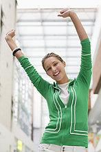 Portrait einer excited Frau mit Arme
