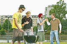 Junge Leute bei einer Grillparty