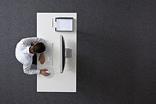 Vogelperspektive,sitzend,Schreibtisch,Geschäftsmann,ruhen