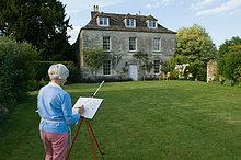 Ältere Frau zeichnen Landhaus