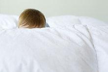 Kopf des Kindes sichtbar hinter der Decke
