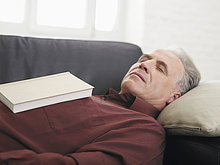 Senior, Senioren ,Mann ,Couch ,Buch ,schlafen ,Taschenbuch