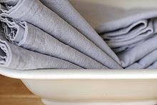Tücher in Schüssel Stapel