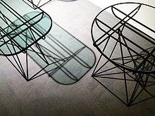 Zwei Tabellen auf Teppich
