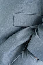 Executive mit Hand in der Tasche, abgeschnitten, voller frame