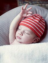 Neuen geboren Baby schläft mit Arm ausgelöst