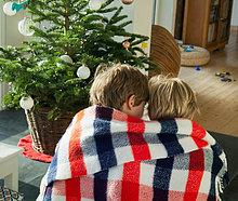 Zwei jungen zusammen in Decke gewickelt
