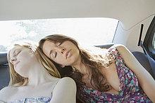Jugendlicher ,Sitzmöbel ,Auto ,schlafen ,Mädchen ,Sitzplatz
