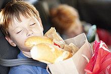 Junge - Person,Tasche,schlafen,Rücksitz