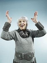 A senior Woman with her Arms ausgelöst, in der Feier