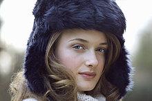 Teenage Mädchen tragen Pelzmütze