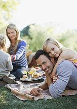 Familie macht ein Picknick