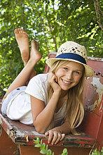 Portrait ,Jugendlicher ,Entspannung ,Sitzbank, Bank ,Garten ,Mädchen