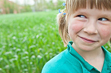 Mädchen im Freien mit Blumen im Haar