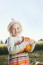 Mädchenbildnis glücklich halten Kürbisse