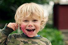 Junge mit schmutzigen Gesicht