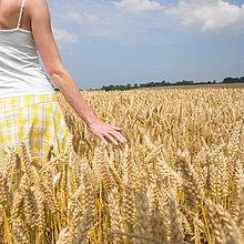 Junge Frau im Weizenfeld.