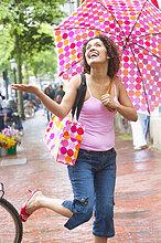 Frau ,gehen ,Regenschirm, Schirm ,Regen