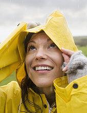 Regenmantel ,Frau ,Hispanier ,Regen ,Kleidung