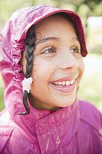 lächeln ,Hispanier ,Mantel ,Regen ,Mädchen