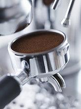 Nahaufnahme eines Siebes mit Espressopulver