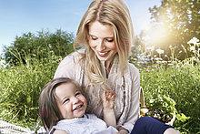 sitzend ,lächeln ,Wiese ,Tochter ,Mutter - Mensch