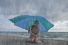 Vereinigte Staaten von Amerika, USA ,Frau ,Tag ,Strand ,Regen ,Nordamerika ,Florida