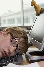 Schreibtisch ,Geschäftsmann ,schlafen