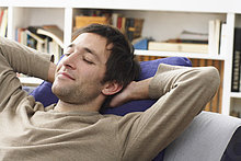 Mann Napping auf Sofa