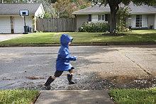 gehen,Junge - Person,Straße,Pfütze