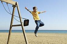 schaukeln,schaukelnd,schaukelt,schwingen,schwingt,schwingend,Strand,Junge - Person,springen,Schaukel