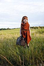 stehend ,Fröhlichkeit ,Tasche ,klein ,Feld ,Mädchen