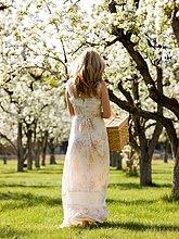 Frau ,Picknick ,Korb ,halten ,weiß ,Kleid