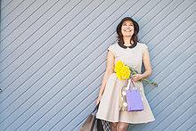 Außenaufnahme ,Frau ,Tasche ,halten ,kaufen ,freie Natur