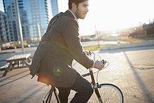 Man Fahrradfahren auf der Hauptstraße
