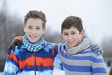 Zwei Jungen umarmen sich im Freien, Portrait