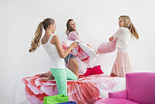 Party ,Kampf ,Bett ,dösen ,Kopfkissen ,Mädchen