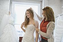 anprobieren ,Frau ,Braut ,Hochzeit ,Laden ,Mutter - Mensch ,Kleid