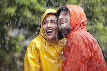 Regenmantel ,hoch, oben ,Fröhlichkeit ,sehen ,Regen